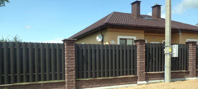 Забор из декоративного кирпича брик