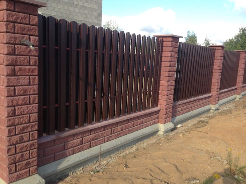 Забор из элементов брик